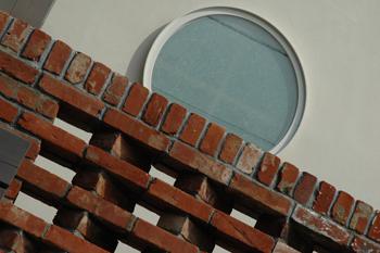 都会風デザイン レンガと丸窓
