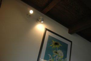 落ち着いた家 照明と絵画