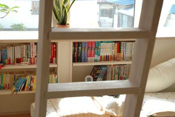 都会風デザイン 明るい寝室 カスタム棚