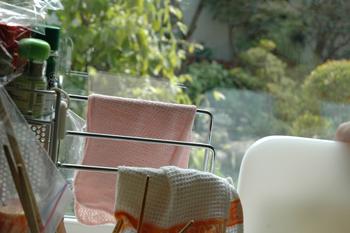 都会風デザイン 庭が見える明るいキッチン
