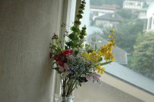落ち着いた家 花も心地よい明るい部屋