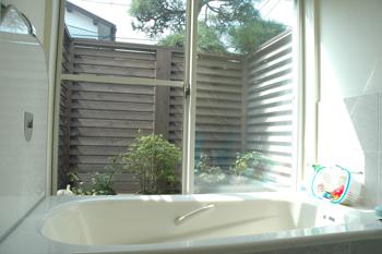 都会風デザイン 植栽が見えるオープンバスルーム