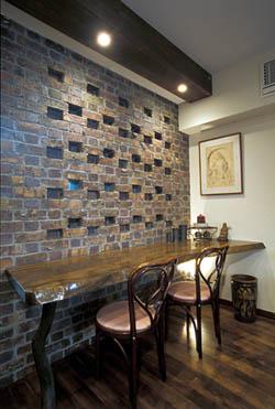 店舗付き住宅 レンガの壁とカウンター
